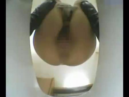 【スカトロ動画】女子大生の肛門から極太うんちがひねり出される瞬間を神アングルからご鑑賞ください!