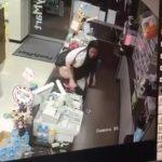 【スカトロ動画】フ〇ミマのレジの上で小便するキチガイ中国女・・・