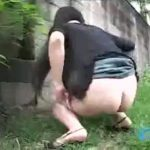【盗撮 スカトロ動画】大学の敷地内で野糞する女子大生を隠し撮り!ケツを震わせ下痢便噴出させる醜態をご覧ください…