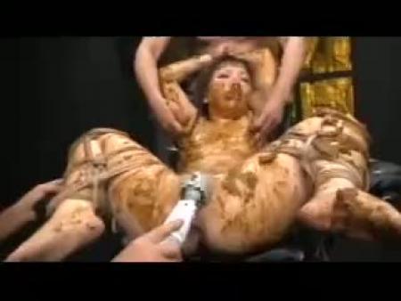 【【スカトロ動画】全身糞まみれにされた女子大生が電マ責めで絶頂に達し潮とうんこの大噴射!