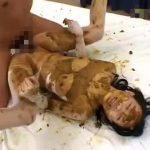 【無修正 スカトロ動画】全身と顔面にうんこ塗装された美女が糞まみれチンポを膣穴にぶち込まれイキまくる!観月ひなの