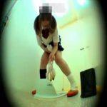 【JK スカトロ動画】学校トイレで下痢ウンコ漏らした女子校生!号泣しながら便器にパンツを捨て去るww