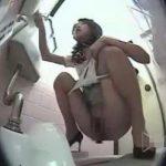【スカトロ動画】表参道のとあるビル内の便所でおしゃれ女子の大便盗撮!ピンヒールで角度のついた肛門から特大ウンコが…