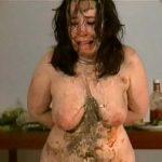 【人妻 スカトロ動画】全身糞まみれで食糞強要されて泣きじゃくる女を雌豚扱いするスカ拷問!