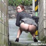 【野外盗撮 スカトロ動画】閑静な住宅街で路上で小便お漏らししちゃう美人OLを隠し撮りww