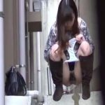 【露出 スカトロ動画】出勤前にオフィスビルの谷間小便するOL!大量の尿で川を創出ww