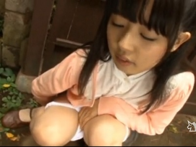 【露出 スカトロ動画】小学生に見える少女の野外小便!天狗のお面でロリマン愛撫してうずくまり頬を赤く染めおしっこ漏らす…